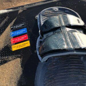 Sticker met contactgegevens op kitesurfboard