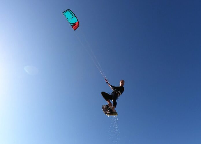 Kitesurfen (watersporten) met zonnebrandcrème