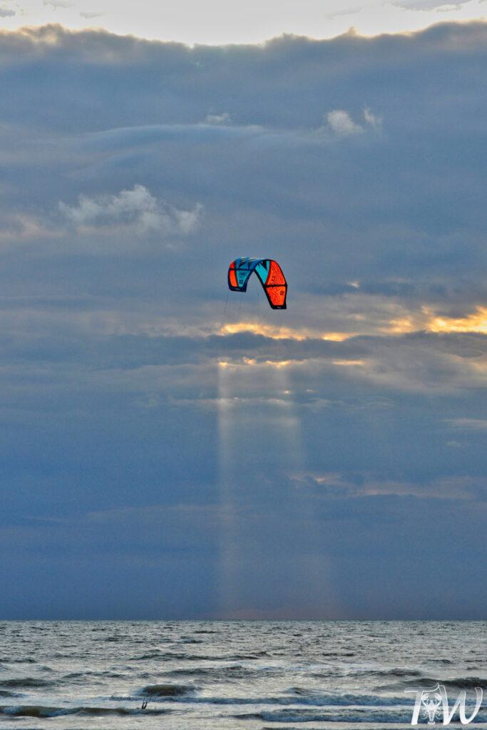 Kitesurf foto's met knipoog naar weersomstandigheden